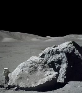 la-mission-apollo-17-a-eu-lieu-du-7-decembre-au-19-decembre-1972-et-fete-cette-annee-ses-quarante-ans-ici-l-astronaute-harrison-h-schmitt-est-photographie-a-cote-d-un-enorme-rocher-lunaire_56177_w460